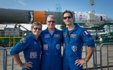 Thomas Pesquet, Oleg Novitskiy et Peggy Whitson lors du roulage de la Soyouz emportant le Soyouz MS01 (Credit: NASA/Bill Ingalls)