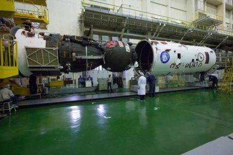 Installation de la coiffe sur le Soyouz MS-02 (crédits NASA/Victor Zelentsov)